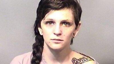 20岁姑娘沙滩骑海龟 可能被判5年牢